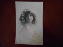 JOLIE FILLETTE Avec Des Marguerites Dans Les Cheveux - Portraits