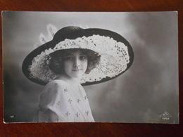 JOLIE FILLETTE Beau Portrait Chapeau - Portraits