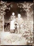 Tirage Photo Albuminé Original Vieux & Vieille Posant Devant Leur Chez Eux Vers 1900 - Personnes Anonymes