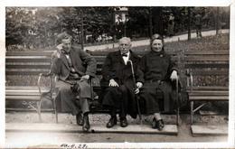 Carte Photo Originale De Rue - La Vie Du Banc En 1927 - Un Jeune Arrogant à Coté D'un Couple D'Anciens - Personnes Anonymes