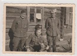 PHOTO ORIGINALE GUERRE 1939  1945 SOLDATS ALLEMANT  AU REPOS POUR LA POSE AVEC CHIEN SOLDATEN DER WEHRMACHT - 1939-45