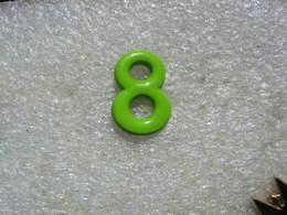 Pin's Chiffre 8 De Couleur Verte - Non Classés