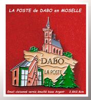 SUPER PIN'S LA POSTE : Emis Pour LA POSTE De DABO En MOSELLE Vue Sur Le Rocher De DABO, émail Cloisonné Base Argent - Postes