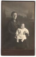 Fotografie Hans Arnold, Ort Unbekannt, Frau In Dunklem Kleid Mit Baby In Hellem Kleid - Personnes Anonymes