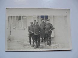 CARTE PHOTO BOURGES : Scène Animée - Soldats  Devant Une Façade De Maison - Old (before 1900)