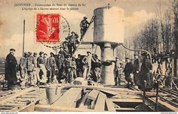 JAUCOURT : Construction Du Pont Du Chemin De Fer L'equipe De 2 H Entrant Dans Le Caisson - Etat Partiellement Décollée - Other Municipalities