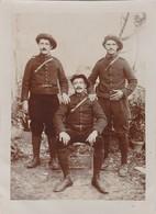 Photo Militaire : Trois Soldats En Pose : Chasseurs Alpins : 1é Régt. ( Format 12cm X 9cm ) - Guerre, Militaire