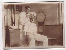 ABAA Photo Originale Militaria WWI Albert Bertrand Artillerie Scène Chez Le Dentiste Dentist Teeth Tenaille - Guerra, Militari