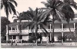 AFRIQUE NOIRE - GUINEE FRANCAISE : CONAKRY - Direction Des P.T.T. ( Poste ) CPSM Dentelée N/B Format CPA - Black Africa - Guinée Française