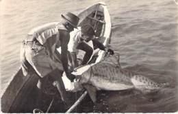 AFRIQUE NOIRE - GUINEE FRANCAISE - PECHE : Une Bonne Pièce - Jolie CPSM Dentelée N/B Format CPA -Fishing Angeln Pesca - Guinée Française