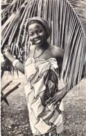 AFRIQUE NOIRE - GUINEE FRANCAISE - Jolie JEUNE FEMME- CPSM Dentelée N/B Format CPA -Fishing Angeln Pesca - Guinée Française