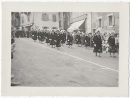 """EVIAN (74) PHOTO. DEFILE GROUPE FOLKLORIQUE De L'ILE De GROIX (59) MAGASIN """" AUX HALLES D'EVIAN. 1959. - Lieux"""