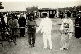 PRINCE AND PRINCESS YAMASHINA WELCOMING PIGEONS AT THE PARK POPULACE   Japan Japón 15*11CM Fonds Victor FORBIN 1864-1947 - Personalidades Famosas