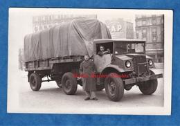 CPA Photo - Ville à Situer - Portrait De Soldat & Beau Camion Militaire - Insigne - Modèle à Identifier - TOP - Equipment