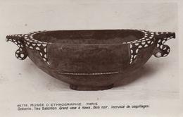 CPA 75 PARIS MUSEE D'ETHNOGRAPHIE OCEANIE ILES SALOMON GRAND VASE A KAWA BOIS NOIR INCRUSTE DE COQUILLAGES - Museums