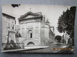 CP 13 EYGUIERES  - L'église Et La Place Du Monument Aux Morts - Voiture Ancienne   1954 - Eyguieres