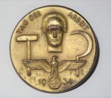 "Anstecknadel ""Tag Der Arbeit 1. Mai 1934"" - Insigne & Ordelinten"