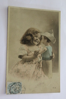 Jeux Et Jouets Enfant Fillette Avec Une Grande Poupee Qui A Un Chapeau De Gendarme En Papier Sur La Tete CPA 1905 - Games & Toys