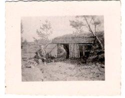Foto 2. WK - 2 Soldaten Beim Rasten Vor Hütte In Rußland - Fotografie