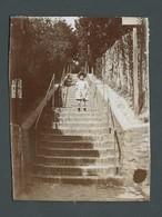 Photo Ancienne Old Real Foto Enfant Child Descendant Un Grand Escalier En Région Parisienne à Localiser - Photographs