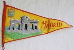 Antiguo Banderín, Old Pennant, Vieux Fanion - Madrid, Puerta De Alcalá - Escudos En Tela