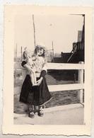 Eiland Marken - Jong Meisje Met Pop - April 1949 - Foto 7 X 10.5 Cm - Anonieme Personen