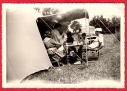 -- FAMILLE En CAMPING Sous La Tente Et Véhicule à Identifier  -  PHOTO AMATEUR -- - Otros