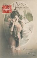 CPA Femme Colorisée Heureuse Année Fleurs Fourrure Lilas 7441 Circulée Timbre - New Year
