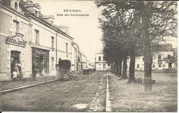SAVIGNY  ( Indre  Et  Loire )  -  Rue  Du  Commerce  /  Docks  Du  Centre,  Devant  Sabotier - France