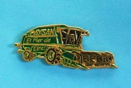 1 PIN'S //  ** ENGIN AGRICOLE / MOISSONNEUSE BATTEUSE / PAYSAN ET FIER DE L'ÊTRE ! ** - Transports