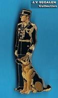 1 PIN'S //   ** GENDARMERIE NATIONALE / BRIGADE CYNOPHILE / MAITRE CHIEN ** . (J.Y. Segalen 1994) - Militaria