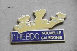 """Pin's - NOUVELLE CALEDONIE """"L'HEBDO"""" Médias Presse Outre-Mer - Médias"""