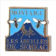 Pin's MONTAIGU (85) - Les Abeilles De SEMEAC - Enfants, Abeilles Et Montagne - I455 - Villes