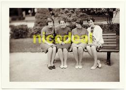 Ancienne Photo Amateur 4 Jeunes Femmes Filles Banc Public Jolies Jambes Lausanne Suisse Tirage Original Papier Agfa 1966 - Anonyme Personen