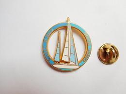 Superbe Pin's En Zamac , Marine Bateau Voilier , Québec - Saint Malo , Transat , Trophée Starpin's - Barcos
