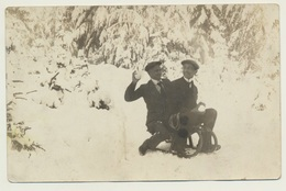 Foto Photo Junge Männer Jeune Hommes Young Men Winter Schlitten  1912 - Anonymous Persons