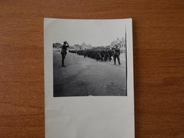WW2 GUERRE 39 45 VERSAILLES COMPAGNIE SOLDATS ALLEMANDS DEFILANT ET SALUANT SON OFFICIER DEVANT LE CHATEAU - Versailles