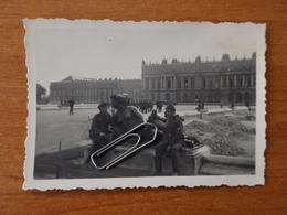 WW2 GUERRE 39 45 VERSAILLES SOLDATS ALLEMANDS POSANT DEVANT UNE STATUE DU CHATEAU - Versailles