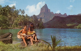 Moorea Baie De Cook Vahiné Et Chanteur à La Guitare - Polynésie Française