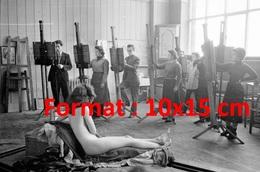 Reproduction D'une Photographie Ancienne D'une Jeune Femme Nue Servant De Modèle à Des Peintres En 1954 - Reproductions
