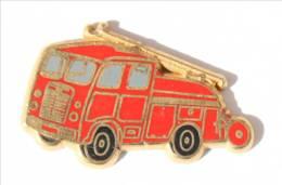 Superbe Pin's Doré à L'or Fin BERLIET PREMIERS SECOURS - Le Camion De Pompiers - Zamac - Ballard - I466 - Bomberos