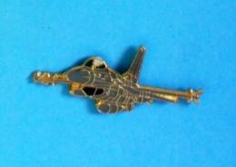1 PIN'S //  ** AVION DE COMBAT /  F-16 FIGHTING FALCON ** . (J.Y. Ségalen) - Avions