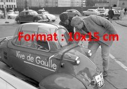 """Reproduction D'une Photographie Ancienne D'Allemands Inscrivant """"Vive De Gaulle"""" Sur Une Petite Voiture En 1962 - Reproductions"""