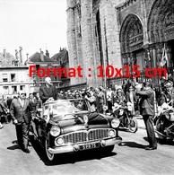 Reproduction D'une Photographie Ancienne Du Général De Gaulle Devant La Cathédrale De Chartres En 1965 - Reproductions