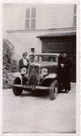 Photographie Ancienne CITROËN C6 Prêtre En Soutane , Le Bras Appuyé Sur La Portière Du Conducteur , 2 Femmes En Chapeau - Coches