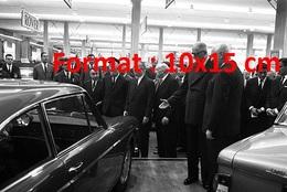 Reproduction D'une Photographie Ancienne Du Général De Gaulle Devant Lancia Au Salon De L'automobile à Paris En 1963 - Reproductions
