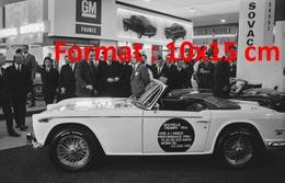 Reproduction D'une Photographie Ancienne Du Général De Gaulle Devant Une Triumph Au Salon De L'automobile à Paris 1967 - Reproductions