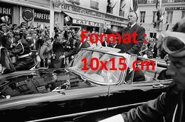Reproduction D'une Photographie Ancienne Du Général De Gaulle Saluant La Foule Ne Picardie En 1964 - Reproductions