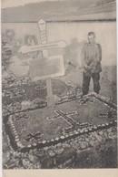 Soldat Se Recueillant Sur Une Tombe - Cimetières Militaires