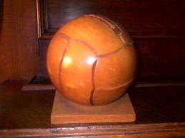Amusante Tirelire Ancienne En Bois En Forme De Ballon De Football - Boîtes/Coffrets